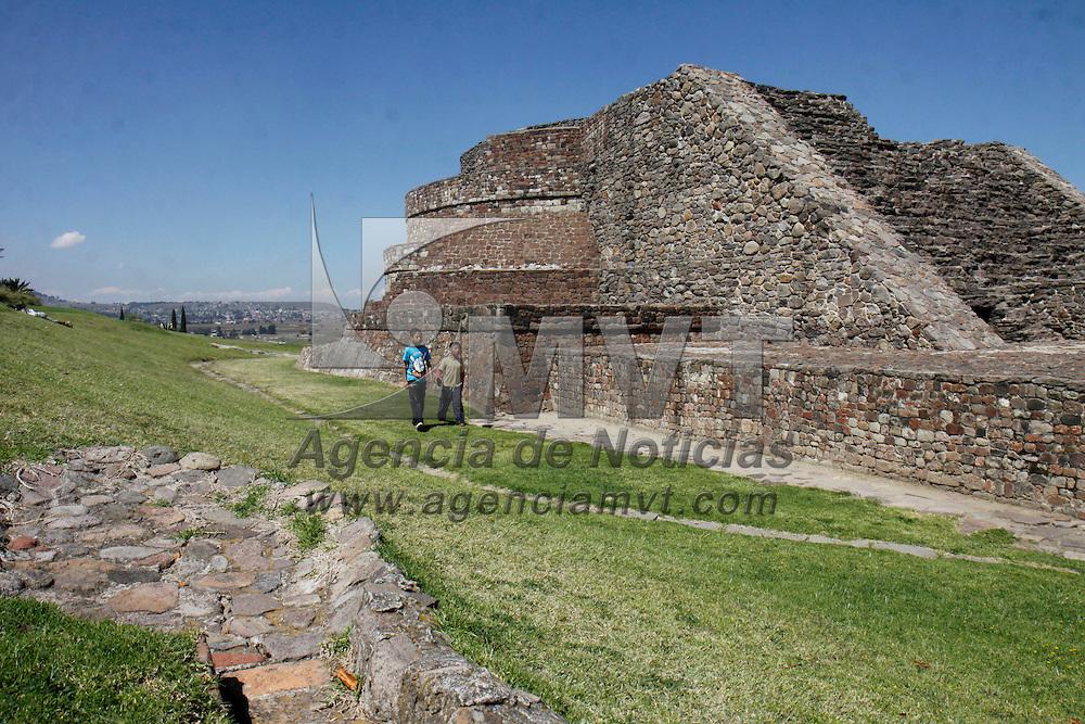 Toluca, Mex.- Varias familias  disfrutan acudir los fines de semana a la zona arqueológica de Calixtlahuaca, uno de los sitios matlatzincas más importantes del valle de Toluca. Agencia MVT / Crisanta Espinosa. (DIGITAL)<br /> <br /> NO ARCHIVAR - NO ARCHIVE
