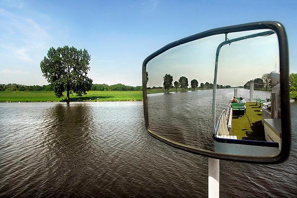 Nederland, Overasselt, 26-4-2007..Een fietspendelboot vaart op de rivier de Maas.  Het schip onderhoudt een dienst tussen Boxmeer en Overasselt om dagjesmensen die een fietstocht maken ook via het water te vervoeren. de boot, de drie provincieën, is gebouwd in 1914...Foto: Flip Franssen/Hollandse Hoogte