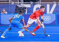 TOKIO -  Phillip Roper (GB) met Vivek Sagar Prasad (Ind)  tijdens de hockeywedstrijd in de kwartfinale , India-Groot Brittannië ,   tijdens de Olympische Spelen van Tokio 2020.  COPYRIGHT KOEN SUYK