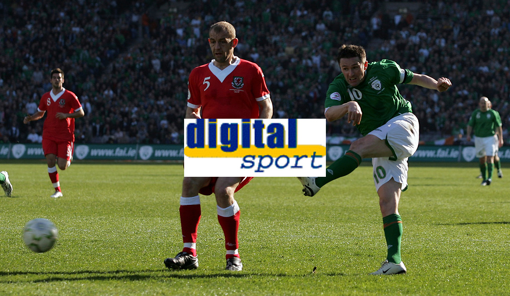 Photo: Paul Thomas.<br /> Republic of Ireland v Wales. European Championships 2008 Qualifying. 24/03/2007.<br /> <br /> Robbie Keane (R) of Ireland goes close with this shot at goal.