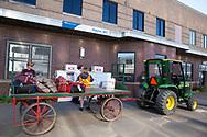 Tågpassagerare som stiger på i Havre, Montana, får sina väskor levereras till tåget med traktor och vagn. <br /> <br /> Foto: Christina Sjögren