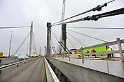 Nederland, Ewijk, 7-1-2013De twee brughelften van de nieuwe brug over de Waal in de snelweg A50 naderen elkaar. In de loop van 2013 kan hij in gebruik genomen worden. Dan krijgt de huidige brug groot onderhoud en in 2014 zijn ze beiden beschikbaar. Steeds worden enkele meters gestort waarna de bekisting weer vooruit geschoven wordt.Wegverbreding van de A50 tussen de knooppunten Ewijk en Valburg. Onderdeel van deze wegverbreding is de bouw van een extra brug over Waal. De A 50 tussen knooppunt Grijsoord en Ewijk is een van de grootste knelpunten in het wegennet op dit moment.Foto: Flip Franssen