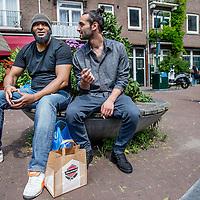Nederland, Amsterdam, 23 juli 2016.<br />We volgen de Syrische jongen Ibrahim Najjar in de Spaarndammerbuurt in zijn zoektocht naar de ingredienten voor het Syrische kipgerecht Mskhan, een Syrisch ovengerecht met kip, citroen en ui.<br />Hij heeft zijn buren uitgenodigd bij hem te komen eten.<br />Op de foto: Ibrahim in gesprek met een buurtbewoner.<br /><br /><br /><br /><br />Foto: Jean-Pierre Jans