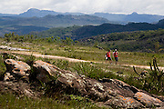 Diamantina_MG, Brasil...Caminhantes percorrendo o trecho da Estrada Real que vai de Diamantina a Sao Goncalo do Rio das Pedras...The tourists walking on the Estrada Real (Real Road) between Diamantina and Sao Goncalo do Rio das Pedras...Foto: LEO DRUMOND /  NITRO