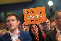 DEU, Deutschland, Germany, Hamburg, 07.12.2018: Eine Delegierte bedankt sich bei Angela Merkel für deren 18 Jahre als CDU-Chefin, Bundesparteitag der CDU in der Messe Hamburg.