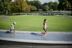 © Licensed to London News Pictures. 31/08/2017. London, UK. Noah and Matilda playing in the Diana Memorial Fountain in Hyde Park, London on the 20th anniversary of the death of Diana, Princess of Wales. Princess Diana was fatally injured in a car crash along with her companion Dodi Fayed, while the couple were being driven through the Pont de l'Alma tunnel in Paris on 31 August 1997. Photo credit: Ben Cawthra/LNP