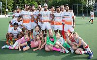 DE HAAG - KZ jeugd met India team. Het team van India heeft tijdens de World Cup Hockey de velden van Klein Zwitserland als thuisbasis. COPYRIGHT KOEN SUYK