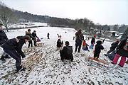 Nederland, Ubbergen, 24-1-2019 De eerste sneeuw van deze winter is gevallen. Kinderen spelen met hun slee op de Elysese velden .Foto: Flip Franssen