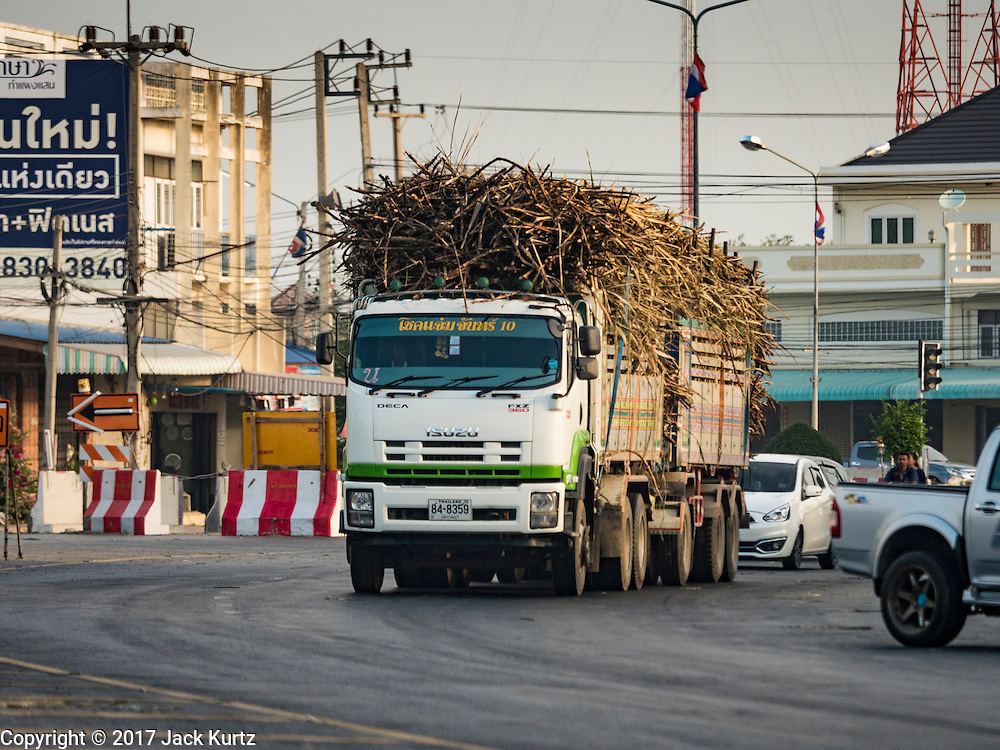 24 JANUARY 2017 - PHRA THAEN, KANCHANABURI, THAILAND:  A truck hauling freshly cut sugarcane to a mill drives through Phra Thaen, in Kanchanaburi province. Thai government  officials recently announced that they plan to float sugar prices later this year or early in 2018. Wholesale prices are currently set by the Cane and Sugar Board, a part of the Industry Ministry, while the Commerce Ministry sets the retail price. Thailand has fixed retail prices of sugar to guarantee a profit for farmers. Thailand is the world's leading exporter of sugar, after Brazil. Thai sugar production is expected to drop by more than three percent because of the lingering drought that crippled agriculture through 2015 and 2016.   PHOTO BY JACK KURTZ