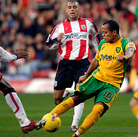 Photo: Alan Crowhurst.<br />Southampton v Norwich City. Coca Cola Championship. 16/12/2006. Robert Earnshaw fires home the first goal for Norwich 0-1.