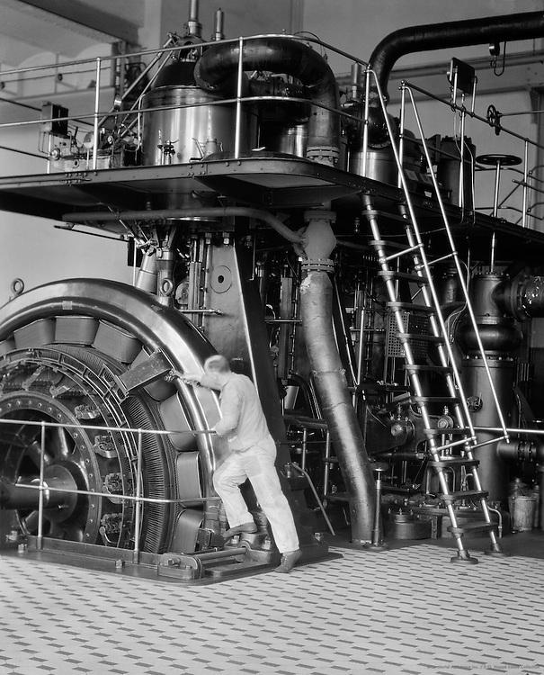 Worker at Generator, MAN Maschinenfabrik Augsburg-Nürnberg, Nürnberg, 1928