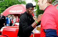 Friidrett<br /> Vorspiel til Bislett Games 2011<br /> Spikersuppa 07.06.11<br /> Usain Bolt lager kaos på Karl Johans gt ,  Donald Duck Games stand ,<br /> <br /> Foto: Eirik Førde