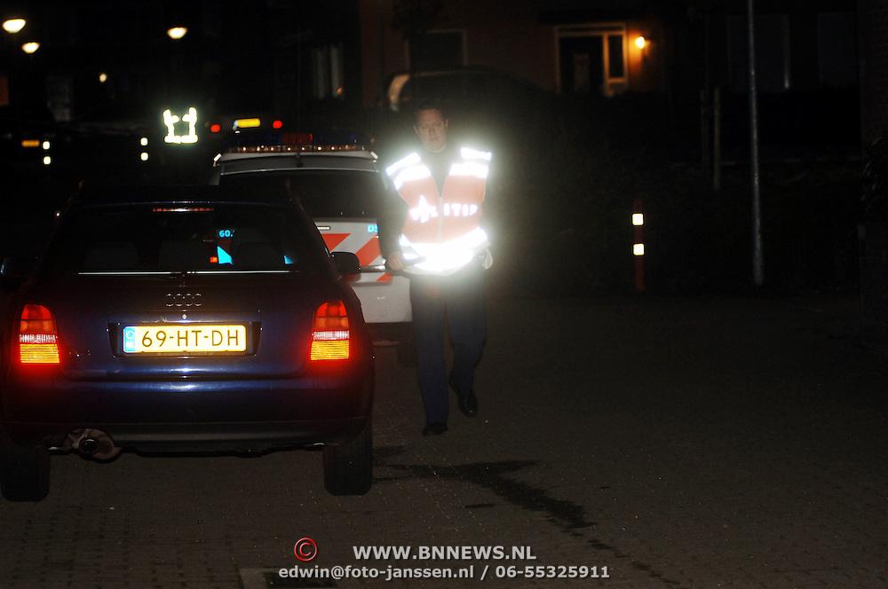 NLD/Amsterdam/20051109 - Brandbom aanslag op de woning van burgemeester Jos Verdier gemeente Huizen, afzetting straat