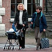 Daphne Deckers en moeder met dochter Emma Krajicek winkelend in Laren