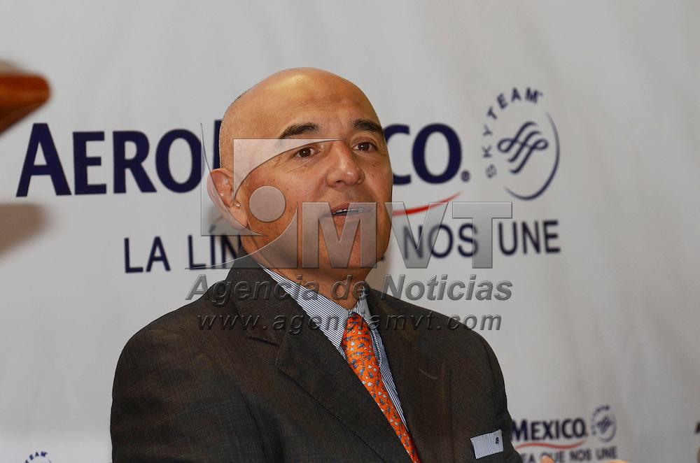 Toluca, Méx.- Gabriel Betancour, director general del Aeropuerto Internacional de Toluca, acompañado de Anko Van der Werff, director ejecutivo de Ingresos de Aeroméxico, anunciaron la operación de esta línea aérea en el aeropuertomexiquense. Agencia MVT / José Hernández