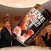 NLD/Hilversum/20061002 - Rene Froger ondertekend een contract met Dommelsch bier voor zijn bier