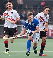 AMSTELVEEN - HOCKEY - Sander de Wijn (m) van Kampong .  Valentin Verga (r) en Floris Evers van A'dam hebben het nakijken. , tijdens de hockeytopper in de hoofdklasse tussen de mannen van Amsterdam en Kampong (0-3). COPYRIGHT KOEN SUYK