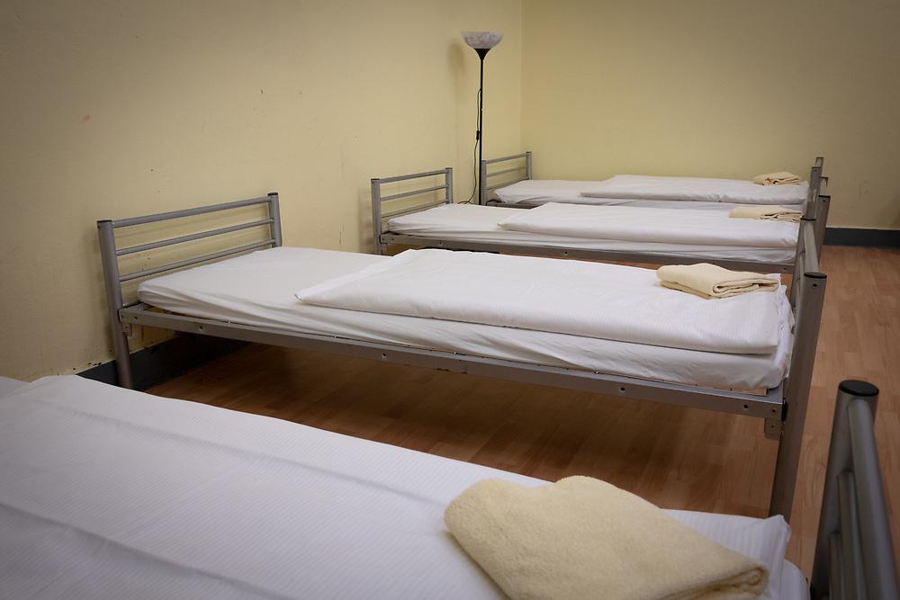 Am 1. Dezember 2018 eröffnen die Johanniter in der ehemaligen Gerhart-Hauptmann-Schule eine Notübernachtung für Obdachlose. Im Rahmen der Kältehilfe schafft die Johanniter-Unfall-Hilfe 100 Schlafplätze, zu denen auch Hunde mitgebracht werden dürfen. In einem Schlafsaal für Frauen stehen auf ca. 50 Quadratmetern acht Betten.<br /> <br /> [© Christian Mang - Veroeffentlichung nur gg. Honorar (zzgl. MwSt.), Urhebervermerk und Beleg. Nur für redaktionelle Nutzung - Publication only with licence fee payment, copyright notice and voucher copy. For editorial use only - No model release. No property release. Kontakt: mail@christianmang.com.]
