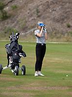 NUNSPEET  -   Eva Nijenhuis  met rangefinder,   , speler NGF Nationale selectie golf Nationale team,   COPYRIGHT KOEN SUYK
