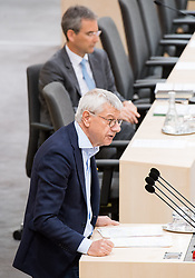 17.04.2018, Hofburg, Wien, AUT, Parlament, Sitzung des Nationalrates mit Generaldebatte über das Doppelbudget 2018 und 2019, im Bild Nationalratsabgeordneter Bruno Rossmann (Liste Pilz) vor Finanzminister Hartwig Löger (ÖVP) // Member of the National Council Bruno Rossmann (Liste Pilz) in front of Austrian Minister for Finance Hartwig Loeger during meeting of the National Council of Austria regarding on federal budget for 2018 and 2019 at Hofburg palace in Vienna, Austria on 2018/04/17, EXPA Pictures © 2018, PhotoCredit: EXPA/ Michael Gruber