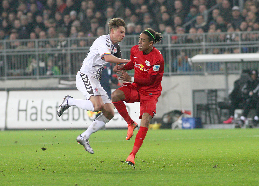 Deutschland, Hamburg. 12.02.16 2. Fussball Bundesliga Saison 2015/16 - 21. Spieltag FC St. Pauli - RasenBallsport Leipzig<br /> im Millerntorstadion<br /> <br /> Marc Hornschuh (St. Pauli, l.) - <br />  Yussuf Poulsen (RB Leipzig)<br /> <br /> © Torsten Helmke