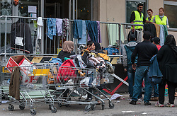 25.09.2015, Grenzübergang, Salzburg, AUT, Fluechtlingskrise in der EU, im Bild Flüchtlinge an der Grenze zu Deutschland, bei der Kleiderausgabe // Migrants on the German Border at the clothes issue. Thousands of refugees fleeing violence and persecution in their own countries continue to make their way toward the EU, border crossing, Salzburg, Austria on 2015/09/25. EXPA Pictures © 2015, PhotoCredit: EXPA/ JFK