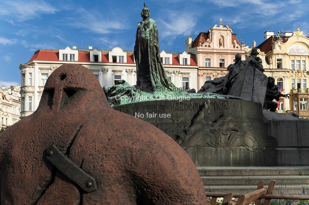 République Tchèque, Prague, Staré Mesto, statue du Golem devant statue de Jan Hus sur place de la vieille ville Staromestske Namesty // Czech Republic, Prague, Stare Mesto, Golem statu in front of Jan Hus statue on center square,  Staromestkse Namesty