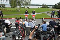 07 SEP 2008, WERDER/GERMANY:<br /> Hubertus Heil (L), SPD Generalsekretaer, und Frank-Walter Steinmeier (R), SPD, Bundesaussenminister, und Journalisten, waehrend einer Pressekonferenz  zur Klausurtagung der SPD Parteispitze in deren Verlauf Steinmeier den Ruecktritt von K urt B eck und seinen Antritt als Kanzlerkandidat zur Bundestagswahl 2009 bekannt gibt, Hotel Seaside Garden Schwielowsee<br /> IMAGE: 20080907-01-072<br /> KEYWORDS: Kamera, Camera