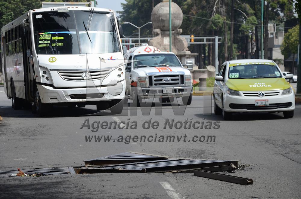 Toluca, México (Septiembre 30, 2016).- Una reja de una coladera en avenida Paseo Colón casi esquina con Tollocan se encuentra en mal estado, lo que representa un peligro para los automovilistas, al tratar de esquivarla para no caer en ella. Agencia MVT / Arturo Hernández.