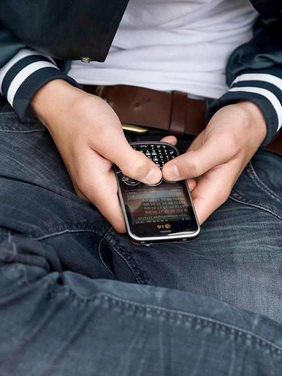 Nederland Rotterdam 13-10-2010 20101013.Jongeren spelen wat met hun mobieltjes.  Young people playing with smart phones. Holland, The Netherlands, dutch, Pays Bas, Europe ..Foto: David Rozing