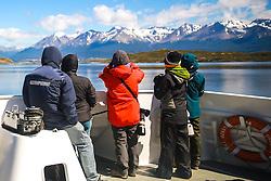 Turistas fotografam a Ilha Bridges no Canal de Beagle, na região de Ushuaia, Argentina. FOTO: Jefferson Bernardes/ Agência Preview