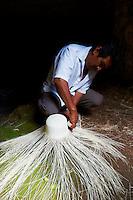 Mexique, Etat de Campeche, Becal, fabrication des chapeaux Panama // Mexico, Campeche state, Becal, maya man making Panama hat