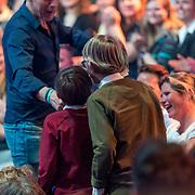 NLD/Baarn/20180410 - 2018 finale 'It Takes 2, kinderen zingen een liedje en partner Leo Alkemade kijkt toe