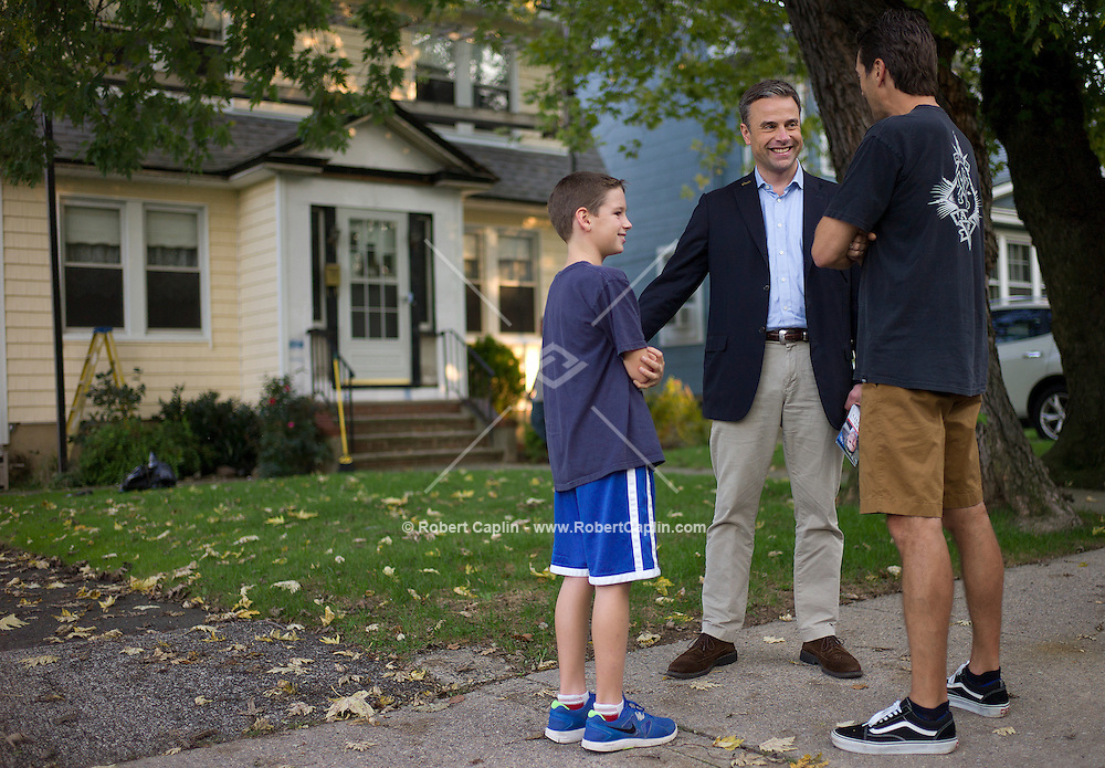 Mark Murphy (D), congressional candidate in Staten Island canvassing door to door in Staten Island. ..Photo © Robert Caplin..