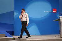 02 JUN 2002, BERLIN/GERMANY:<br /> Gerhrad Schroeder, SPD, Bundeskanzler, geht vom Podium ab, nachdem er in einer kurzen Rede den Parteitag fuer beendet erklaert hat, SPD Wahlparteitag 2002, Estrell Hotel<br /> IMAGE: 20020602-01-116<br /> KEYWORDS: Parteitag, party congress