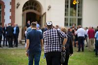 DEU, Deutschland, Germany, Werder, 30.08.2019: Ein junger Mann mit einer Kippa auf dem Kopf (Juden in der AfD) bei der Wahlparty der Partei Alternative für Deutschland (AfD) auf der Bismarckhöhe in Werder/Havel.