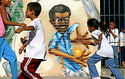 Sao Paulo_SP, Brasil...Criancas brincando proximo a um grafite, no patio da escola.  Escola Estadual Brigadeiro Gaviao Peixoto...Children playing next to a graffiti in the school courtyard. Brigadeiro Gaviao Peixoto State School ...Foto: LEO DRUMOND / NITRO