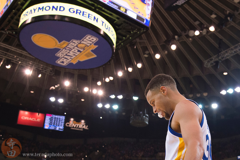November 20, 2015; Oakland, CA, USA; Golden State Warriors guard Stephen Curry (30) during the second quarter against the Chicago Bulls at Oracle Arena. The Warriors defeated the Bulls 106-94.