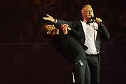 Gerard Joling tijdens zijn concert LEKKER  in een uitverkocht Ziggo Dome.<br /> <br /> Op de foto:  Gerard Joling en Gordon