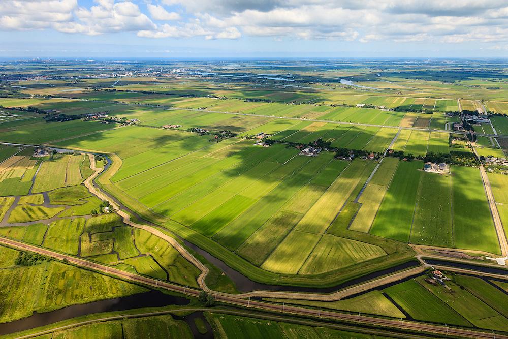 Nederland, Noord-Holland, Gemeente Purmerend, 14-06-2012; polder Wijdewormer, droogmakerij uit de 17e eeuw. Linksonder de Polder Purmerland, de onregelmatige verkaveling in dit gebied is het resultaat van veenontginning en vorm een tegenstelling met de regelmatige verkaveling van de droogmakerij..On the right Wijdewormer polder, reclaimed land dating from the 17th century. On  the left Purmerland polder, the division in plots in the area is the result of peat extraction..luchtfoto (toeslag), aerial photo (additional fee required);.copyright foto/photo Siebe Swart