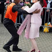 NLD/Makkum/20080430 - Koninginnedag 2008 Makkum, Anita van Eijk dansend op straat