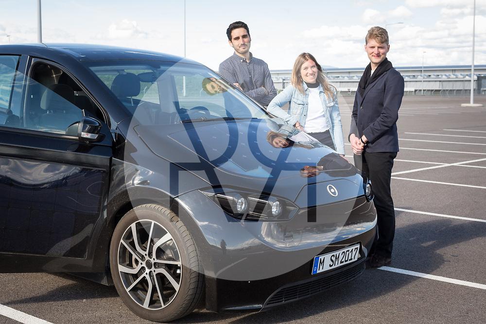SCHWEIZ - BASEL - Das Elektroauto Sion von Sono Motors, hat Solarzellen in der Karosserie und tankt Sonnenenergie, hier bei der Probefahrt mit einem Prototyp. Die drei Gründer sind die beiden Geschäftsführer Laurin Hahn (L), Jona Christians (R) und Creative Director Navina Pernsteiner - 13. April 2018 © Raphael Hünerfauth - http://huenerfauth.ch