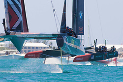 June 21, 2017 - Bermudes, USA - The Great Sound, Bermuda, 18th June. Emirates Team New Zealand rounds the top mark ahead of Oracle Team USA in race four on day two of the America's Cup. (Credit Image: © Panoramic via ZUMA Press)