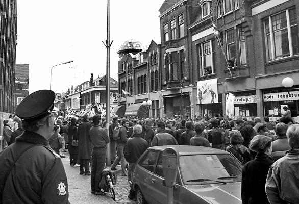 Nederland, Nijmegen, 1987Studentenactie, studentenprotest, in de jaren 80 en begin 90 .Demonstratie van studenten tegen de wet op de studiefinanciering en hervormingen in het wetenschappelijk onderwijsdoor minister Deetman. Die kreeg te maken met grote demonstraties van studenten na de verhoging van de collegegelden en het verkorten van de studieduur.Foto: Flip Franssen
