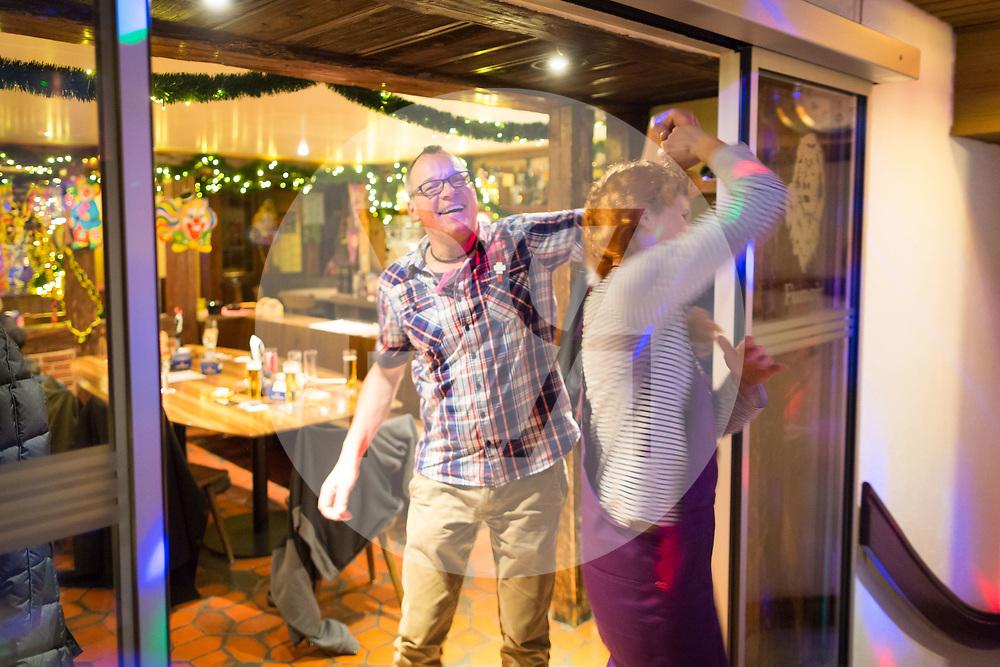 SCHWEIZ - MEISTERSCHWANDEN - Meitlitage 2018, hier tanzen die Waschweiber beim Maskentreiben im Restaurant Löwen - 14. Januar 2018 © Raphael Hünerfauth - http://huenerfauth.ch