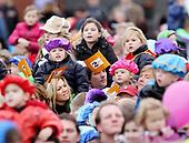 Maxima, Willem Alexander en kinderen bij intocht Sinterklaas