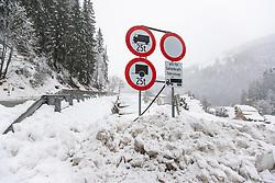 THEMENBILD - Verkehrsbeschilderung bei Wacht an der , aufgenommen am Dienstag, 12. November 2019, in Obertilliach in Osttirol. Heute schneit es in Österreich verbreitet bis in tiefe Lagen. Ein Teil des Schneefalls konzentriert sich dabei auf Osttirol. Hier kommen laut ZAMG bis Mittwochabend selbst in Tallagen 20 bis 50 Zentimeter Neuschnee zusammen. Vereinzelt sind auch bis zu 75 Zentimeter möglich, wie im Tiroler Gailtal // Traffic signage at Wacht on the B311 Gailtalbundesstrasse, taken on Tuesday, November 12, 2019, in Obertilliach in Osttirol. Today it is snowing in Austria to low altitudes. Part of the snowfall is concentrated on East Tyrol. According to ZAMG, 20 to 50 centimeters of fresh snow come together here even in valleys on Wednesday evening. Occasionally, up to 75 centimeters are possible, as in the Tyrolean Gail Valley. EXPA Pictures © 2019, PhotoCredit: EXPA/ Johann Groder