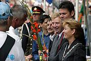 Nederland, Nijmegen, 18-7-2003<br /> Intocht van de vierdaagse, 4daagse, 4-daagse op de St. Annastraat, via Gladiola. Wandelsport, wandelen, lopen, wandelevenement. Burgemeester ter Horst, wethouders Depla en van Hooff en Commisaris Kamminga feleciteren een loper.<br /> Foto: Flip Franssen/Hollandse Hoogte