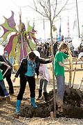 Prinses Máxima bij Nationale Viering van de 55ste Boomfeestdag in Oeffelt. Princess Maxima at the National Celebration of the 55th Boomfeestdag ( plant a tree day )in Oeffelt.<br /> <br /> Op de foto / On the photo:  Sandra Reemer plat een boom
