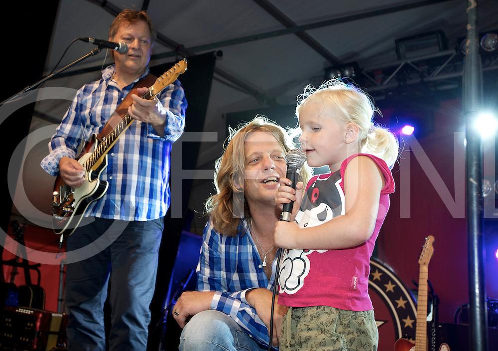 RHEERZERVEEN - Optreden de Heinoos..Foto: Chantal Spoelman mocht even meezingen..FFU PRESS AGENCY COPYRIGHT FRANK UIJLENBROEK.